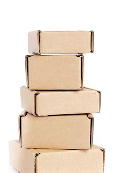 Coleção de várias caixas de papelão em fundo branco.