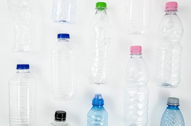 Coleção de várias garrafas de plástico
