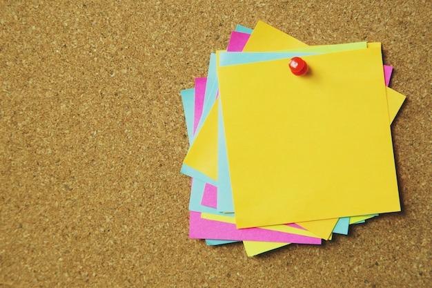 Coleção de variedade colorida postá-lo. papel nota lembrete pin notas auto-adesivas no quadro de avisos de cortiça.