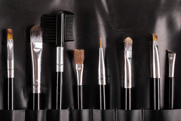 Coleção de vários pincéis de maquiagem