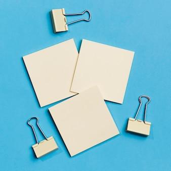 Coleção de vista superior de clipes de papel com notas autoadesivas