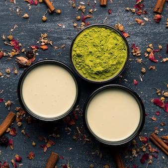 Coleção de vista superior de duas canecas de chá verde