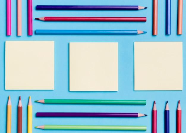 Coleção de vista superior de notas autoadesivas e lápis