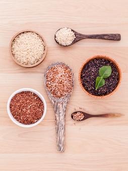 Coleção do arroz inteiro do jasmim da grão na tabela de madeira.