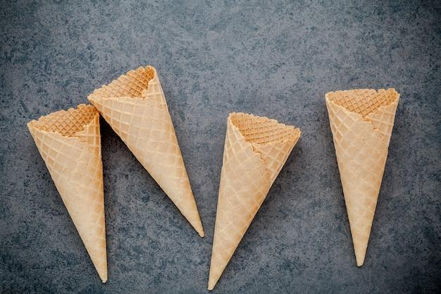 Coleção lisa dos cones de gelado da configuração no fundo de pedra para o projeto do menu dos doces.