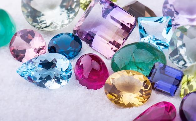 Coleção mix colorido de jóias de pedras preciosas.