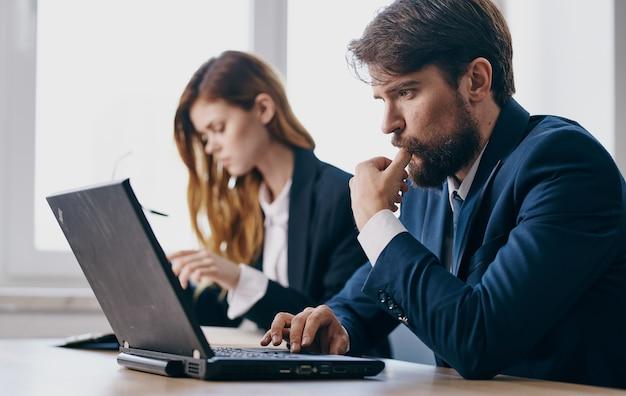Colega de negócios no trabalho em profissionais financeiros do laptop de mesa de trabalho.