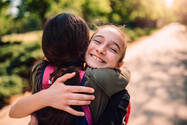 Colegas abraçando no primeiro dia de escola
