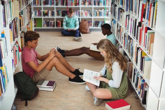 Colegas atentos estudando na biblioteca