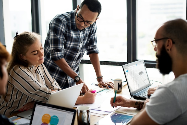 Colegas, briefing, discussão, plano negócio, junto, trabalho equipe