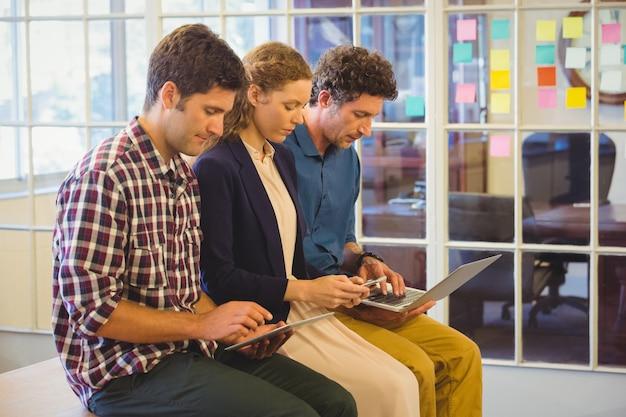 Colegas casuais usando laptop