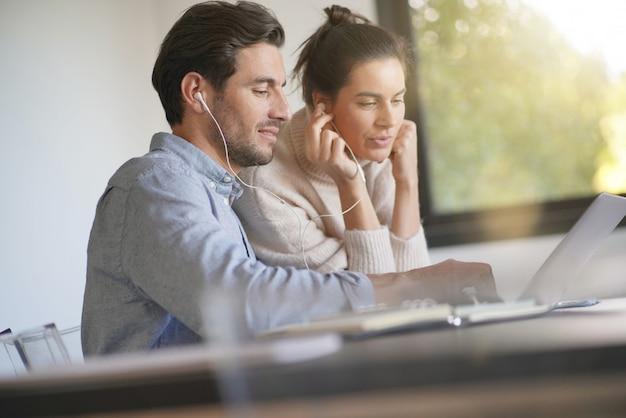 Colegas compartilhando idéias de trabalho no computador