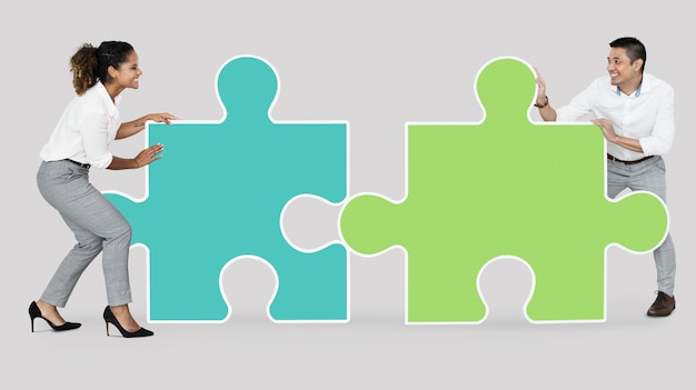 Colegas conectando peças do puzzle