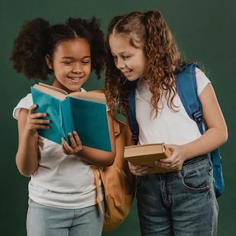 Colegas da escola lendo