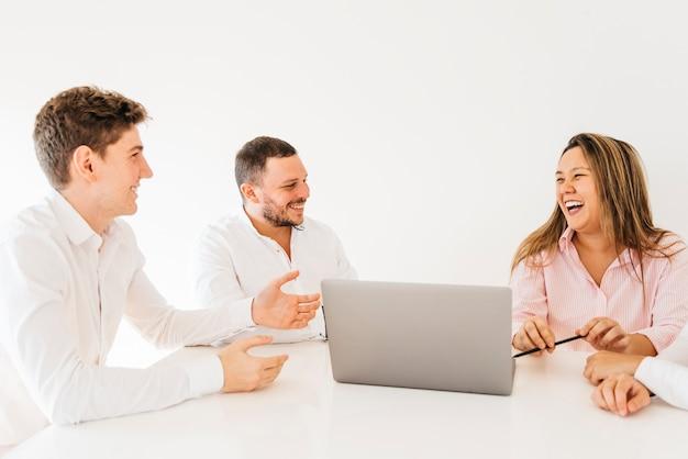 Colegas de brainstorming e rindo no escritório
