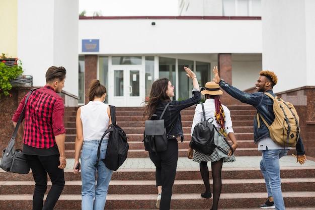 Colegas de classe indo para a faculdade