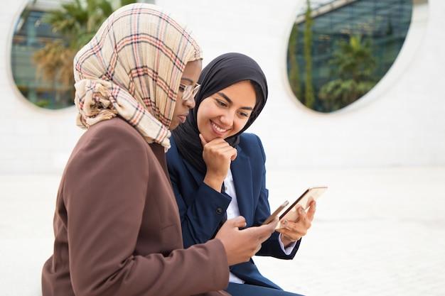 Colegas de escritório animado usando telefones móveis