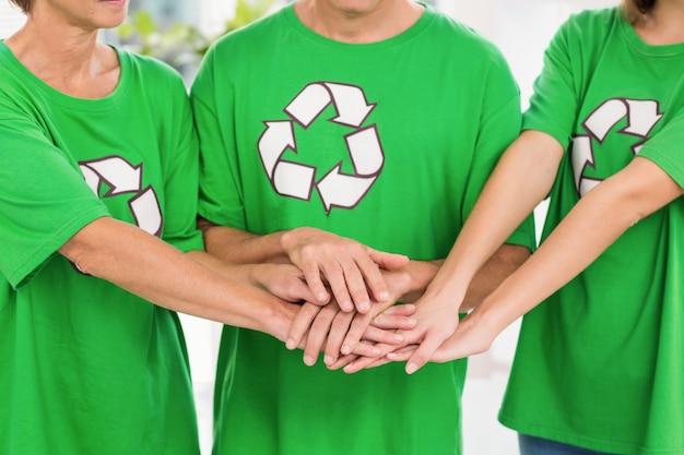 Colegas de mentalidade irresistível colocando as mãos juntas