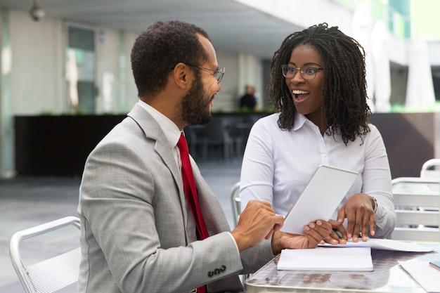 Colegas de negócios animado discutindo projeto e compartilhar idéias