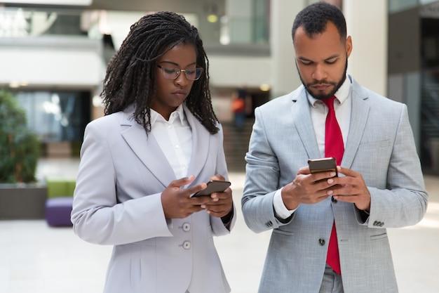 Colegas de negócios multi-étnico sério consultoria internet