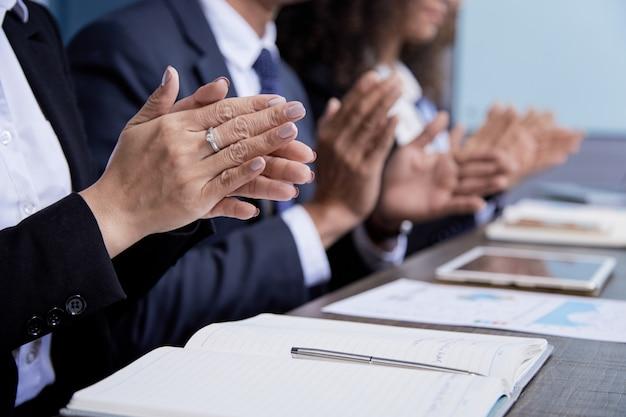 Colegas de palmas batendo palmas na reunião