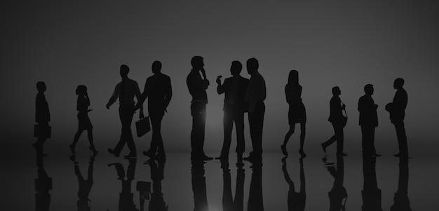 Colegas de pessoas de negócios caminhando ao ar livre conceito