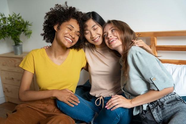 Colegas de quarto compartilhando momentos felizes juntos