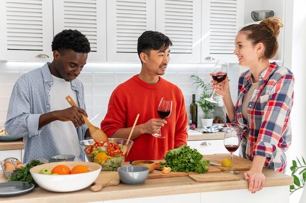 Colegas de quarto em doses médias com taças de vinho