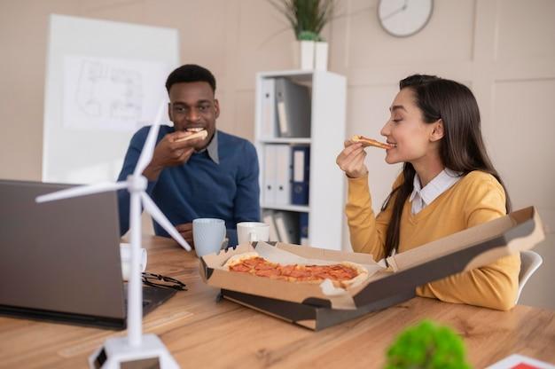 Colegas de trabalho almoçando