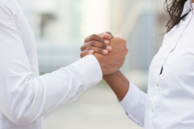 Colegas de trabalho, apertando as mãos para o sucesso corporativo