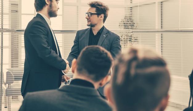 Colegas de trabalho apertando as mãos uns dos outros. conceito de negócios.