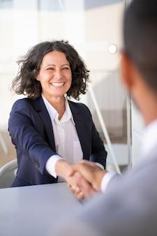 Colegas de trabalho bem sucedido feliz reunião fora