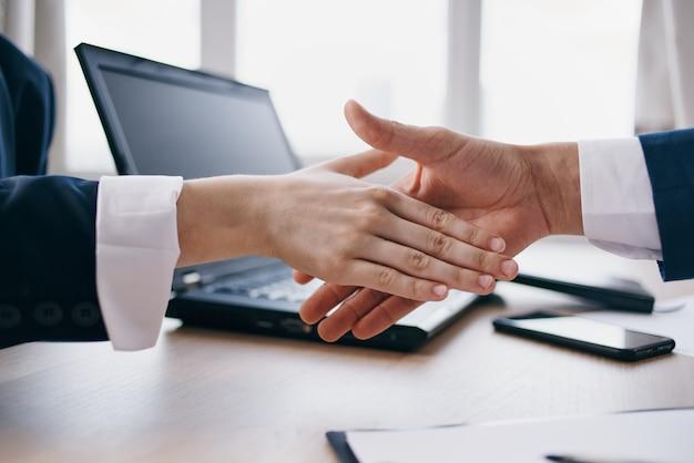 Colegas de trabalho bem-sucedidos no negócio desejam as mãos a conclusão de um contrato