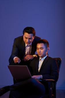 Colegas de trabalho com laptop