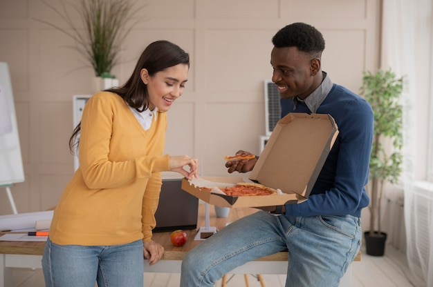 Colegas de trabalho comendo pizza