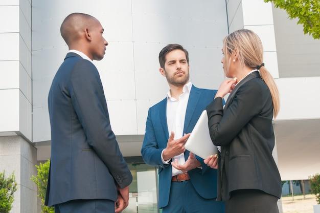 Colegas de trabalho, conversando entre si
