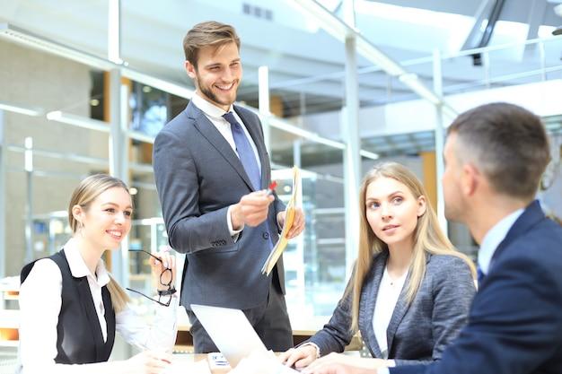 Colegas de trabalho da equipe corporativa trabalhando em um escritório moderno.