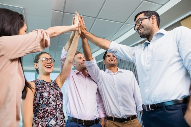 Colegas de trabalho dando mais cinco durante a reunião no escritório