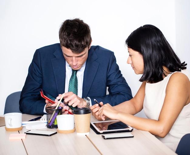 Colegas de trabalho de alto ângulo trabalhando juntos