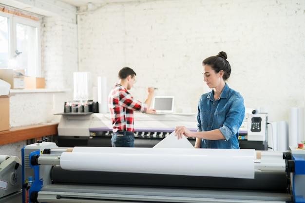 Colegas de trabalho do escritório moderno de tipografia