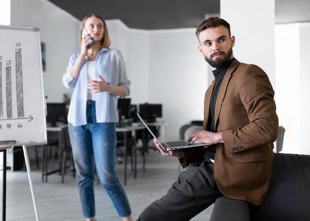 Colegas de trabalho do sexo masculino e feminino na mesma sala
