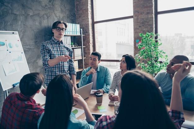 Colegas de trabalho durante reunião da empresa no escritório