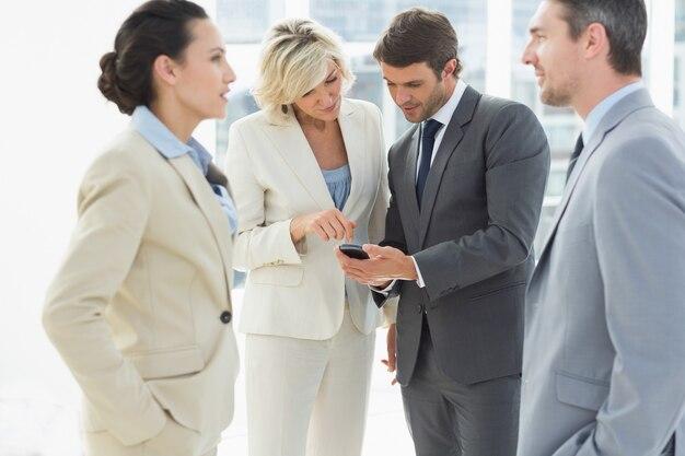 Colegas de trabalho em discussão durante ruptura de escritório