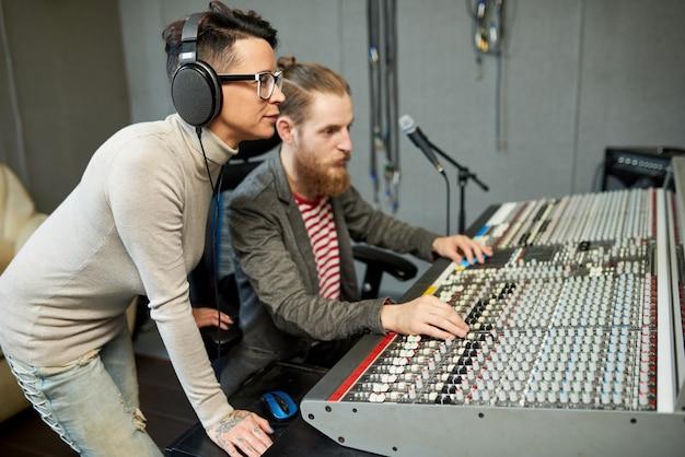 Colegas de trabalho em processo de criação de música
