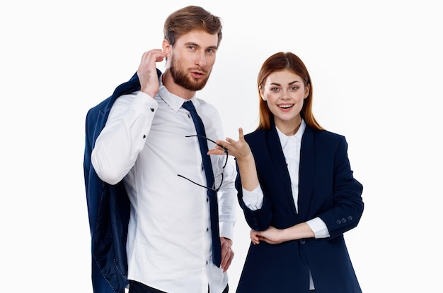 Colegas de trabalho em ternos empresários finanças comunicação do escritório