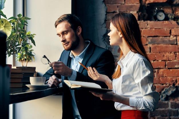 Colegas de trabalho em um restaurante, descanso, café da manhã, comunicação