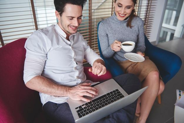 Colegas de trabalho fazendo uma pausa para o café com laptop