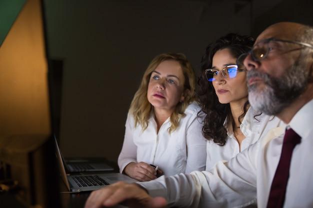 Colegas de trabalho focados, trabalhando com computador