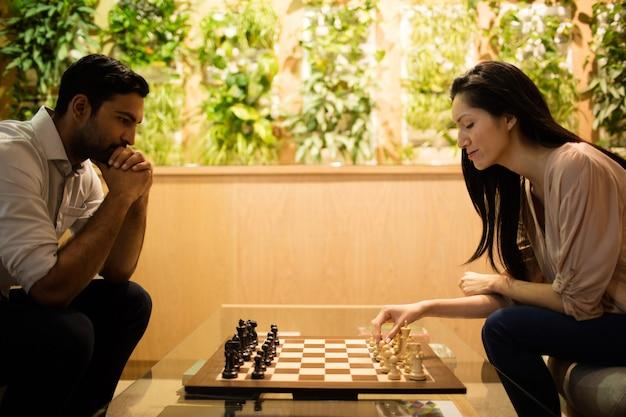 Colegas de trabalho jogando xadrez