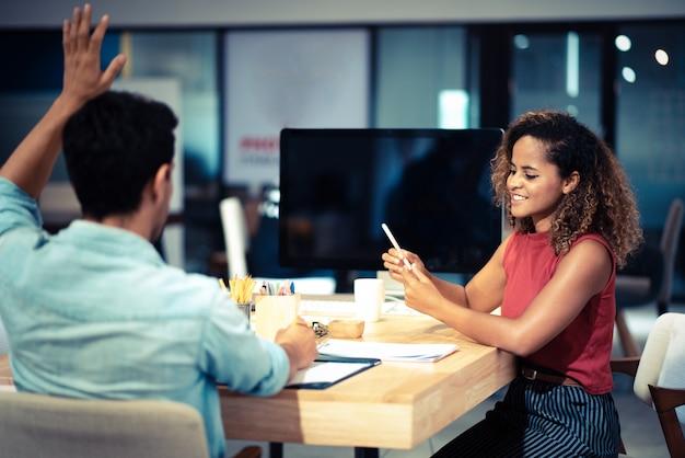 Colegas de trabalho jovens. jovens colegas modernos em trabalho de desgaste ocasional inteligente